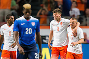 AMSTERDAM - Nederland - USA , Amsterdam ArenA , Voetbal , oefeninterland , 05-06-2015 , Nederlands elftal speler Jordy Clasie (r) komt zijn felicitaties brengen bij Nederlands elftal speler Klaas Jan Huntelaar (2e r) terwijl Verenigde staten speler Gyasi Zardes (l) teleurgesteld naar terug loopt