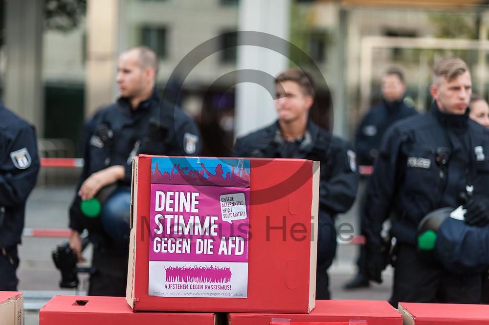&quot;Deine Stimmt gegen die AfD&quot; steht w&auml;hrend der Demonstration gegen Rassismus und AfD am 03.09.2016 vor der AfD Bundesgesch&auml;ftsstelle in Berlin, Deutschland. Mehrere Tausend Menschen demonstrierten gegen Rassismus und die pechpopulistische AfD. Foto: Markus Heine / heineimaging<br /> <br /> ------------------------------<br /> <br /> Ver&ouml;ffentlichung nur mit Fotografennennung, sowie gegen Honorar und Belegexemplar.<br /> <br /> Bankverbindung:<br /> IBAN: DE65660908000004437497<br /> BIC CODE: GENODE61BBB<br /> Badische Beamten Bank Karlsruhe<br /> <br /> USt-IdNr: DE291853306<br /> <br /> Please note:<br /> All rights reserved! Don't publish without copyright!<br /> <br /> Stand: 09.2016<br /> <br /> ------------------------------