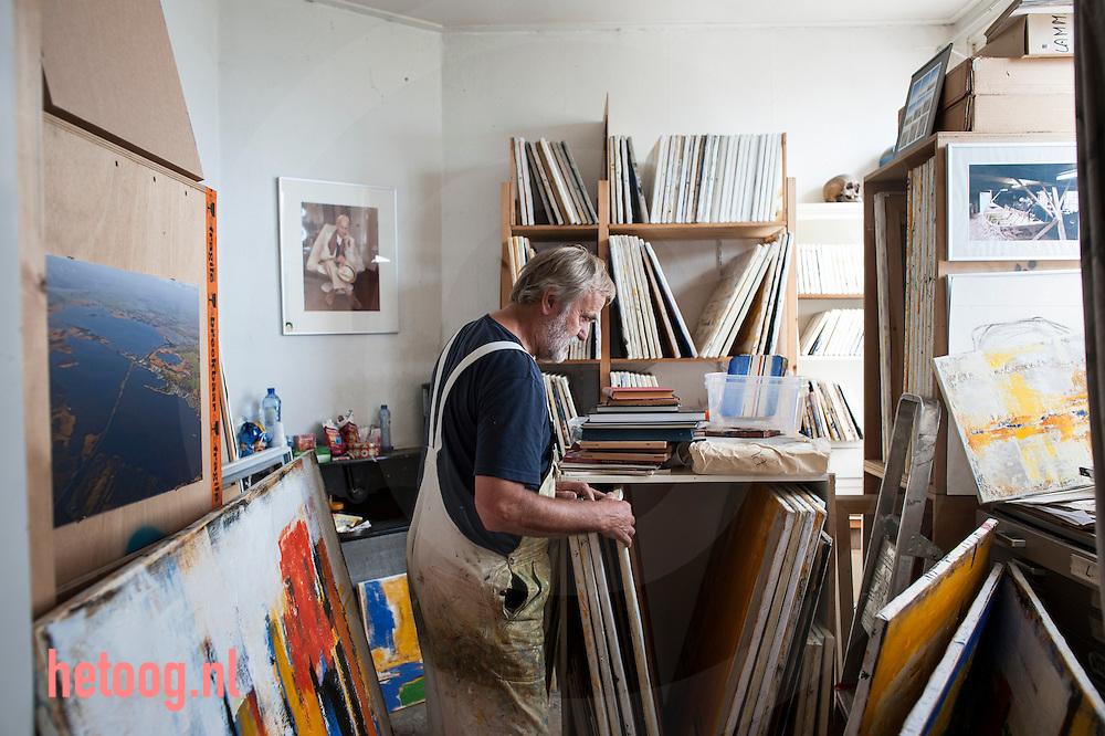 The Netherlands, Nederland Hengelo 31aug2015 Schilder Henk Lassche in zijn atelier aan de Twekkelerweg 82 te Hengelo (o)