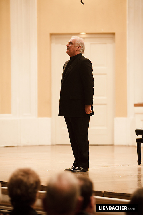 Mozartweek 2009: Daniel Barenboim bows in the Grand Hall of the Mozarteum in Salzburg. Photo: Wolfgang Lienbacher
