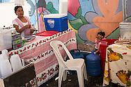 FEIRA DA KANTUTA - Nora Chura, 25 anos, deixou La  Paz (capital da Bolívia) há seis anos atrás de uma vaga na industria têxtil de São Paulo. Ha 4 anos teve Ana Paula. Nora leva a filha consigo para sua barraca-restaurante todos os domingos, onde serve frango assado, batas e arroz, na praça Kantuka, no bairro Canindé, em São Paulo. 19/06/2016