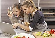 Zwei Frauen in Kueche beim Kochen (model-released)