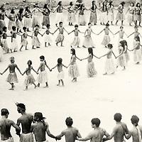 La ronde est l'occasion des chants qui transmettent les histoires et la tradition.