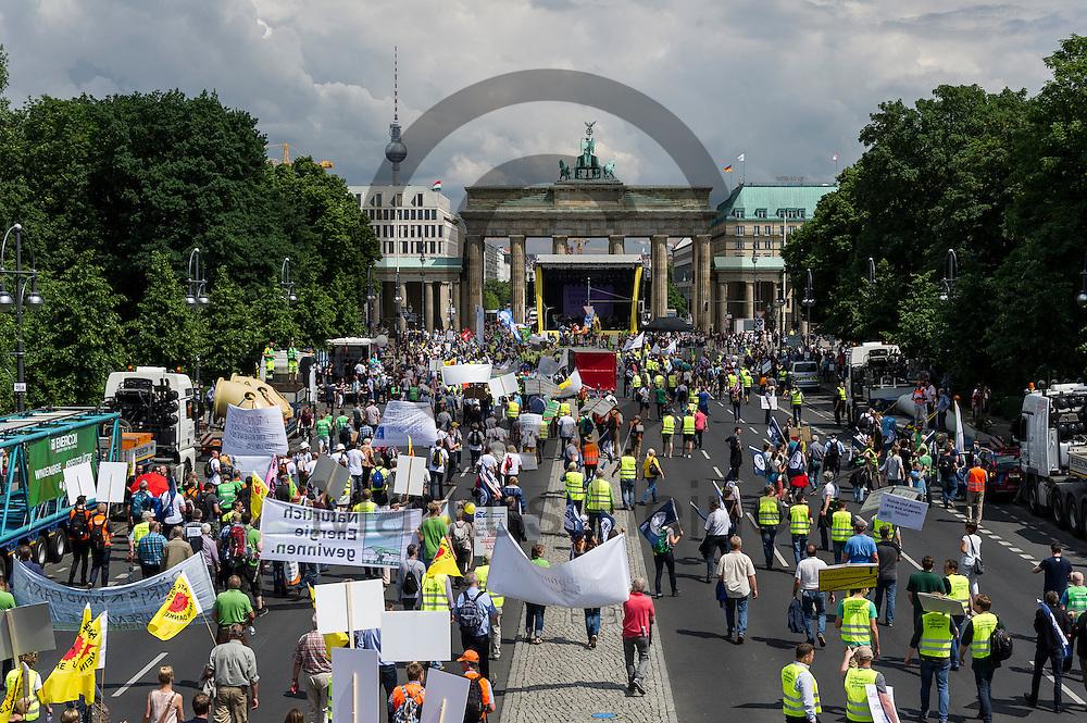 Demonstranten laufen w&auml;hrend der Klima Demonstration am 02.06.2016 in Berlin, Deutschland zur Abschlusskundgebung am Brandenburger Tor. Mehrere Tausend Menschen gingen unter dem Motto: &quot;Energiewende retten! Arbeit sichern! Klimaschutz durchsetzen, EEG verteidigen!&quot; auf die Stra&szlig;e um f&uuml;r den Klimawandel und gegen eine &Auml;nderung des Erneuerbare Energien Gesetz zu demonstrieren. Foto: Markus Heine / heineimaging<br /> <br /> ------------------------------<br /> <br /> Ver&ouml;ffentlichung nur mit Fotografennennung, sowie gegen Honorar und Belegexemplar.<br /> <br /> Bankverbindung:<br /> IBAN: DE65660908000004437497<br /> BIC CODE: GENODE61BBB<br /> Badische Beamten Bank Karlsruhe<br /> <br /> USt-IdNr: DE291853306<br /> <br /> Please note:<br /> All rights reserved! Don't publish without copyright!<br /> <br /> Stand: 06.2016<br /> <br /> ------------------------------