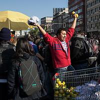 Vendedor de confeti y limones (para aminorar el efecto del gas lacrimógeno) durante una marcha en la capital Chilena, Junio 2013.