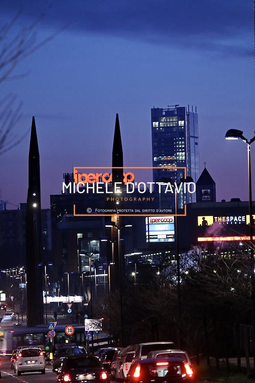 Il grattacielo di Intesa Sanpaolo di Torino, firmato da Renzo Piano, 166 metri di altezza su 7mila mq di superficie, un investimento complessivo di circa mezzo miliardo. Ospita il nuovo centro direzionale del gruppo bancario sotto la Mole.<br /> <br /> Intesa Sanpaolo Office Building Torino 2015, Italy