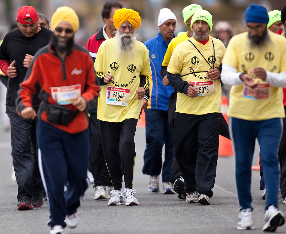 Toronto, Ontario ---11-10-16--- FAUJA SINGH, a 100 year old runner from England competes in the Scotiabank Toronto Waterfront Marathon, October 16, 2011.<br /> GEOFF ROBINS Mundo Sport Images