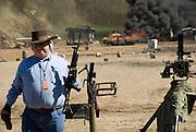 Die Maschinengewehr und Waffen Show in Knob Creek, Luisville, Kentucky, USA, ist die groesste seiner Art in Nordamerika. An drei Schiessstaenden werden Waffen aller Art abgefeuert, vor allem Schnellfeuergewehre. Auch Kinder duerfen hier das Schiessen mit dem Maschinengewehr ueben. Im Angebot ist auch ein Jungle Walk, auf welchem je ein Teilnehmer mit einer Uzi auf im Wald versteckte Metallscheiben schiesst..Bild: .Auf der grossen Schiessanlage werden alte Motorboote, Autos, Kuehlschranke, Computer etc  in Brand geschossen. Fuer die zahlreichen Regierungsgegner werden auch immer wieder gerne ausrangierte Wahlkabinen aufgestellt und mit Begeisterung zerschossen. ..