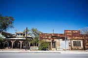 Het huis van voormalig inwoner Jennie B. Elder (links) uit 1905 en de Beets Garage uit 1930. Goldfield, Nevada, is een bijna verlaten ghost town in Esmeralda County, gelegen aan de State Route 95. Tussen 1906 en 1910 was Goldfield de grootste plaats in de Amerikaanse staat Nevada met meer dan 20.000 inwoners. Momenteel leven er tussen de 200 en 300 mensen. Het plaatsje is groot geworden door de vondst van goud in 1902. Vanaf 1910 daalde het aantal inwoners snel en in 1923 is een groot deel verwoest door een brand. De overgebleven huizen zijn grotendeels verlaten, maar worden nog altijd onderhouden door de inwoners. Daarmee wordt de geschiedenis van de het plaatsje bewaard.<br /> <br /> The house of former resident Jennie B. Elder (left) of 1905 and the Beets Garage of 1930. Goldfield, Nevada, is an almost deserted ghost town in Esmeralda County. Between 1906 and 1910, Goldfield was the largest town in the state of Nevada with more than 20,000 inhabitants. Currently, there are between 200 and 300 people. The town has grown with the discovery of gold in 1902. From 1910, the population declined rapidly, and in 1923 the town was largely destroyed by a fire. The remaining houses are largely abandoned, but are still maintained by the residents. This way the history of the town is preserved.