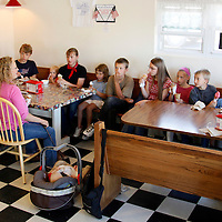 Jeub family members enjoy ice cream during an outing near their home in Monument, Colorado July 17, 2009.  Quiverfull believers Wendy and Chris Jeub have 15 children and would be happy to have more if God wills it they say. REUTERS/Rick Wilking (UNITED STATES)