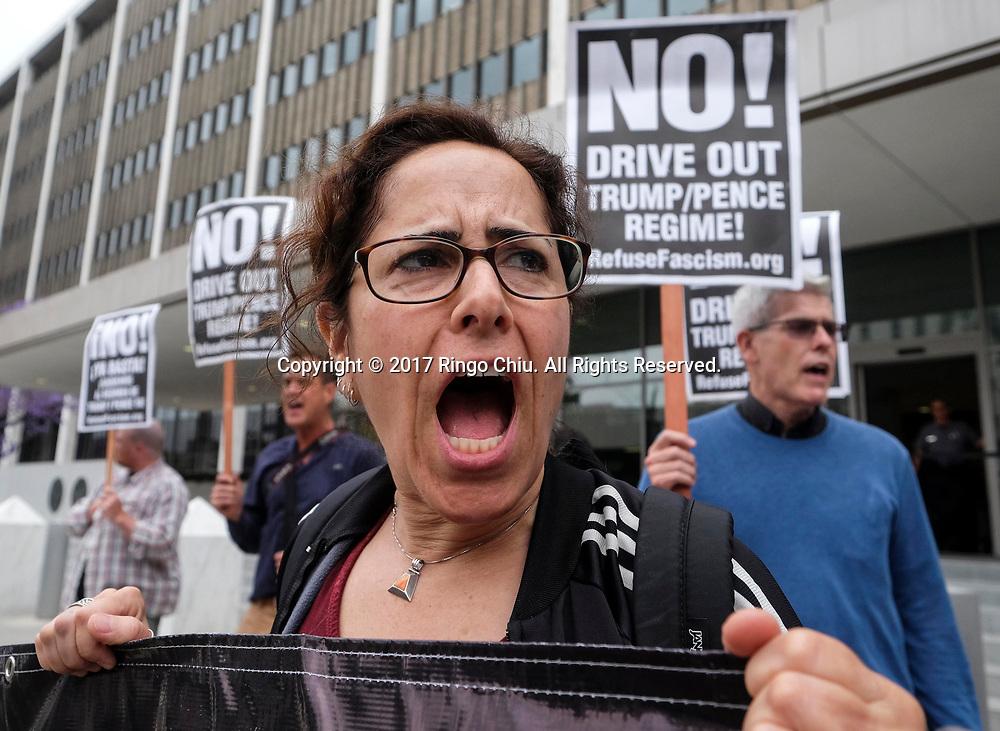 5月10日,在美国洛杉矶市中心,示威者手持标语牌在联邦大楼外面抗议,谴责美国总统特朗普周二辞退联邦调查局(FBI)局长詹姆斯&middot;科米。新华社发(赵汉荣摄)<br /> Demonstrators protest outside the Federal Building to denounce the firing of FBI Director James Comey, in Los Angeles, the United States on Wednesday, May 10, 2017.(Xinhua/Zhao Hanrong)(Photo by Ringo Chiu/PHOTOFORMULA.com)<br /> <br /> Usage Notes: This content is intended for editorial use only. For other uses, additional clearances may be required.