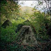 Le 18 octobre 2011, frontière Allemagne / Belgique, près d'Aix La Chapelle, RN 68, près de l'ancien poste frontière de Köpfchen. Vue des anciens blocs en béton posés le long de la frontière entre l'Allemagne et la Belgique par le 3e Reich pendant la Seconde Guerre Mondiale et laissés là depuis.