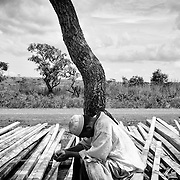 Moussa Abdoullahi pleure en pensant à ce qu'il a laissé en Centrafrique, le 15 octobre 2014 près du camp de réfugiés de Ngam, au nord-est du Cameroun. Ses deux enfants de cinq et neuf ans ont vécu l'horreur pendant leur longue marche en brousse. Moussa les sait choqués, marqués pour toujours. Il est lui-même encore bouleversé. Pour autant, il ne veut pas s'abandonner au désespoir. Il ne le peut pas, car il doit s'occuper de ses progénitures. Pour Moussa, la reconstruction mentale passe par le retour à une vie matérielle normale. Même s'il vit désormais avec ses enfants sous une tente, il veut pouvoir leur offrir tout ce qu'ils avaient chez eux, avant le conflit. Moussa travaille donc dur, comme manutentionnaire pour les voisins autochtones. Avec le peu d'argent qu'il gagne, il achète de la viande, une petite robe pour sa fille, une petite friandise pour son fils.