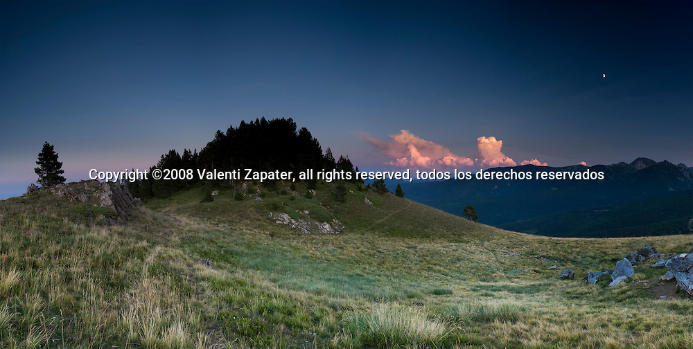 Atardecer en el Pic de Loubat, Pirineos. Sunset at Loubat Peak, Pyrenees, France, Europe