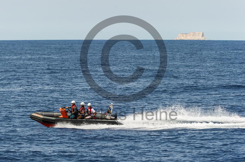 Ein Rib (Schlauchboot) Crew des Fluechtlingsrettungsboot Sea-Watch 2 trainiert am 18.09.2016 vor Malta das fahren mit dem Boot. Foto: Markus Heine / heineimaging<br /> <br /> ------------------------------<br /> <br /> Veroeffentlichung nur mit Fotografennennung, sowie gegen Honorar und Belegexemplar.<br /> <br /> Publication only with photographers nomination and against payment and specimen copy.<br /> <br /> Bankverbindung:<br /> IBAN: DE65660908000004437497<br /> BIC CODE: GENODE61BBB<br /> Badische Beamten Bank Karlsruhe<br /> <br /> USt-IdNr: DE291853306<br /> <br /> Please note:<br /> All rights reserved! Don't publish without copyright!<br /> <br /> Stand: 09.2016<br /> <br /> ------------------------------