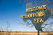 Crawford, Texas, USA..Welcome Crawford Schild am Ortseingang..Welcome Crawford sign, town entrance..Crawford, Texas, is the hometown of outgoing President George W. Bush, who bought the Prairie Chapel Ranch, located seven miles (10 km) northwest of town, in 1999. The farm was considered the Western White House of the President, who is leaving soon for a new home in  Dallas. His departure will bring major changes to this small town (population: 705), which had in part made a living by catering to the tourist, press and protesting crowds that came to visit. At the same time they are very tired of it all and seem to be glad that life can finally get back to normal now...©Stefan Falke