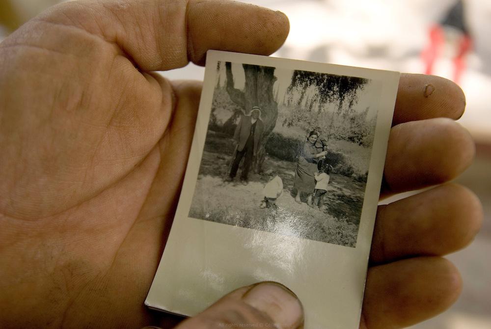 Photo de l'arrière grand-père de Khaled alors que l'exploitation familiale se portait au mieux. Khaled, fermier Palestinien de Auja, a récemment été invité à participer à un atelier sur l'agriculture biologique dans un kibboutz voisin. Même si cela l'intéresserait, il trouve l'invitation plus qu'ironique. Cela fait un an qu'il attends l'autorisation des israéliens pour réparer son puits et creuser plus profond. Dans les années 1910, la ferme de son grand-père produisait tellement de céréales que les saisonniers avaient leur propre maison sur ses terres. Auja, Territoires Palestiniens Occupés / West Bank, mai 2011