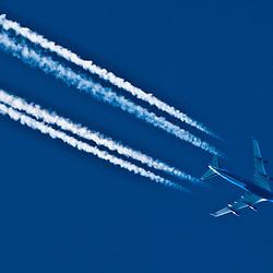747 jumbo jet vapour trail