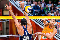 DEN HAAG - Poulewedstrijd Nummerdor/Varenhorst - Talavera/Vargas , Beachvolleybal , WK Beach Volleyball 2015 , 26-06-2015 , Reinder Nummerdor (r) slaat de bal langs Carlos Edgardo Escobar Talavera (l)