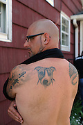 "Rescue Ink, Long Island, New York, taettowierte Motoradgang, Verein zur Rettung mishandelter Hunde und anderer Tierarten.Jonny ""O"" mit Tatoo seines Hundes..Rescue Ink, the animal rescue group that brings an in your face approach to the fight against animal abuse and neglect. The goups members are heavily tattooed and ride motorbikes. Their pitbull 'Rebel', who lives at their headquarters, was rescued from a dog fighting operation, where he was used as bait. He was near death when two members of Rescue Ink flew to Virginia to save him..Foto © Stefan Falke."