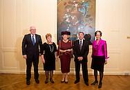DEN HAAG - Prinses Beatrix is aanwezig bij de uitreiking van de Max van der Stoel Award, waarmee tweejaarlijks individuen of groepen die zich succesvol inzetten voor de positie van minderheden worden geeerd. Dit jaar gaat de prijs naar Spravedlivost, een organisatie op het gebied van mensenrechten in Kirgizie. (VLNR) Minister van Buitenlandse Zaken Frans Timmermans, Valentina Gritsenko, Director of human rights NGO Spravedlivost, Prinses Beatrix, Utkir Dhzabbarov, Senior Lawyer of Spravedlivost en Astrid Thors, OSCE High Commissioner on National Minorities. COPYRIGHT ROBIN UTRECHT