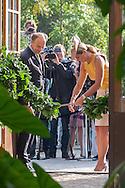 LEIDEN - Koningin Maxima krijgt een bloemetje voorafgaand aan de opening van het gerenoveerde tropische kassencomplex in de Hortus botanicus. COPYRIGHT ROBIN UTRECHT/HH