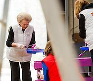 DEN DOLDER  - De prinsessen Beatrix, Aimée en de prinsen Constantijn en Floris hebben vrijdag de handen uit de mouwen gestoken voor de actie NLdoet. De koninklijke vrijwilligers hielpen mee op de Prinses Máxima Manege in Den Dolder.  NL Doet in Den Dolder met o.a. prinses Beatrix, prins Constantijn, prinses Aimee en prins Floris. The princesses Beatrix, Aimée and princes Constantine and Floris on Friday hands invested their sleeves for action NLdoet. The royal volunteers helped the Princess Máxima riding in Den Dolder. COPYRIGHT ROBIN UTRECHT /mrco de swart