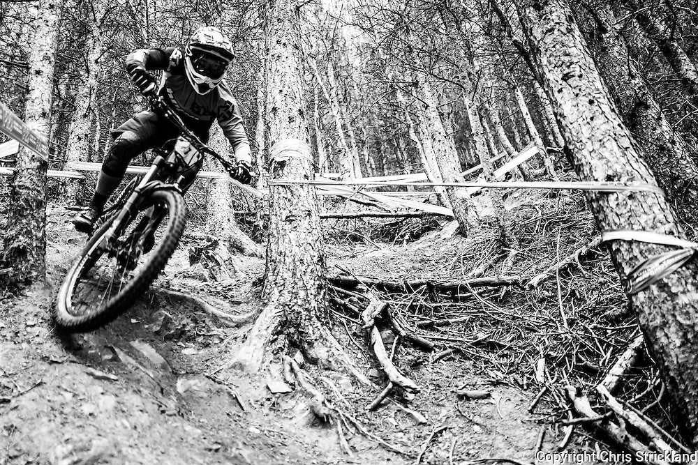 Innerleithen, Peebles, Scotland, UK. 9th October 2016. Mountain bikers compete in the British Enduro Series on the Innerleithen 7Stanes trails in the Tweed valley.
