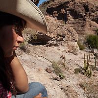 Maribel Arce descansa en la sombra de un paredón, Rancho San Gregorio