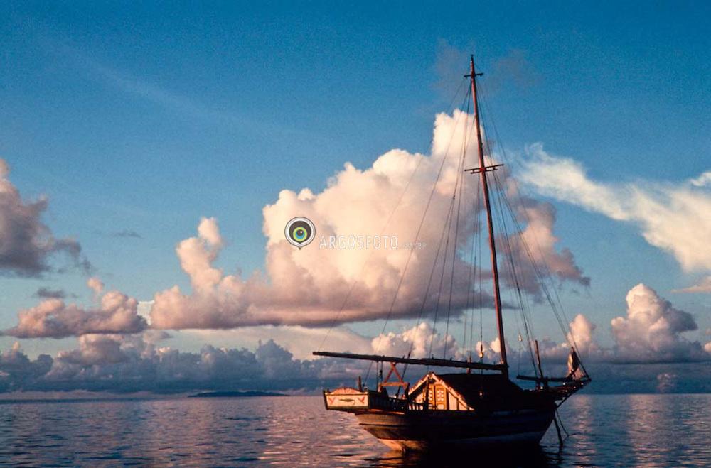 Boat in Indonesia/Barco na Indonesia