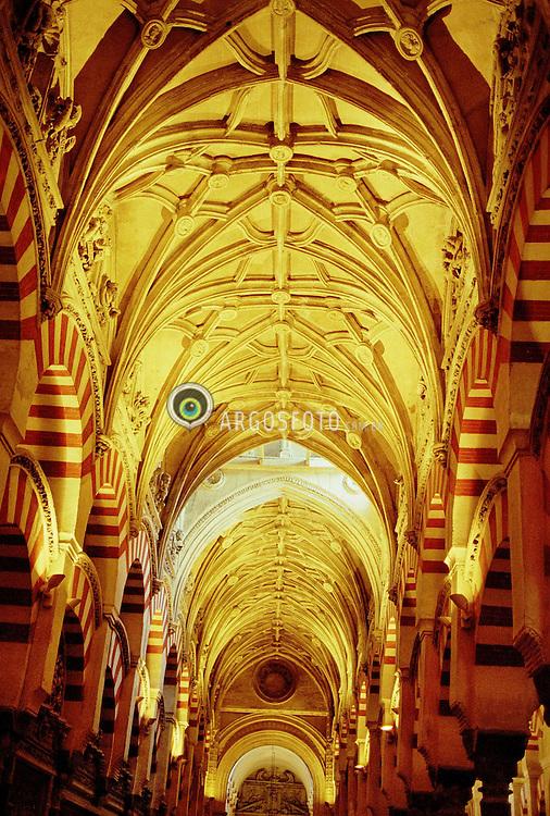 """A Catedral de Cordova, tambem conhecida como Mesquita de Cordova, na Espanha, data do seculo X, quando a cidade de Cordova atingiu seu apogeu, era a cidade mais prospera da Europa. A catedral eh um exemplo da fusao entre a cultura islamica e crista. A mesquita foi consagrada como catedral crista no mesmo ano em que Cordova foi reconquistada, em 1236. / The Mezquita (Spanish for """"mosque"""") of Cordoba is a Roman Catholic cathedral and former mosque situated in the Andalusian city of Cordoba, Spain. Under the rule of Islam, it was built as the second-largest mosque in the world. After the Spanish Reconquista, it was transformed into a church, and some of the Islamic columns and arches were replaced by a basilica in early Baroque style."""