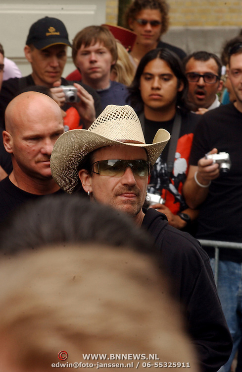 NLD/Amsterdam/20050716 - U2 vertrekt bij het Amstel Hotel Amsterdam voor het laatste concert in Nederland van de Vertigo Tour 2005, Bono