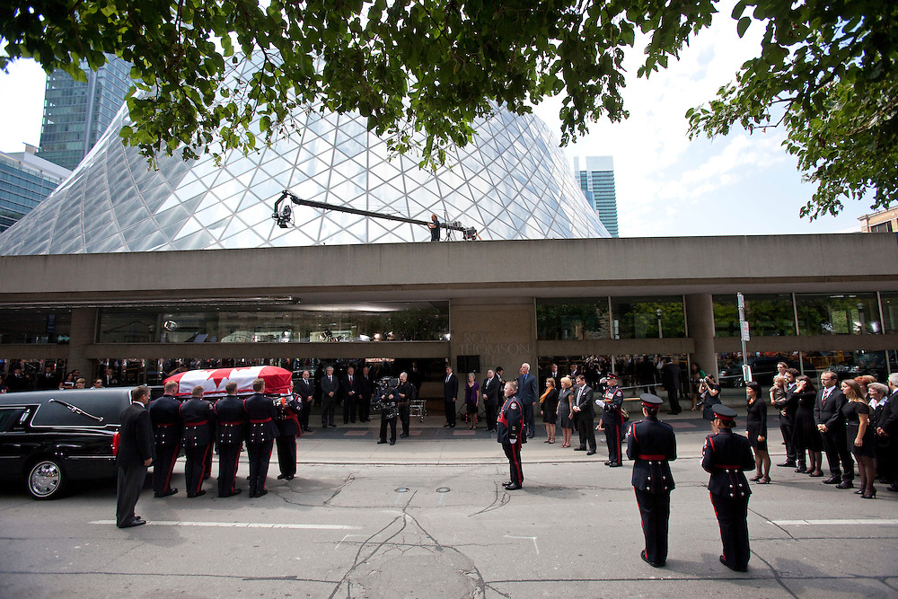 Toronto, Ontario ---11-08-27--- A police honour guard carries the casket of Jack Layton into Roy Thompson Hall in Toronto, Ontario during a state funeral for the late NDP leader August 27, 2011. <br /> AFP/GEOFF ROBINS/STR