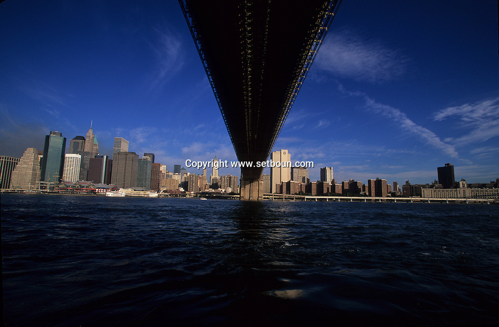 New York. 9/11. The destroyed skyline without world trade center tower after the terorist attack in Manhattan New york  Usa /   Le skyline detruit sans les tours du world trade center vu depuis le Fulton park a Brooklyn, apres l'attaque terroriste a Manhattan/ Brooklyn Bridge  New york  USA
