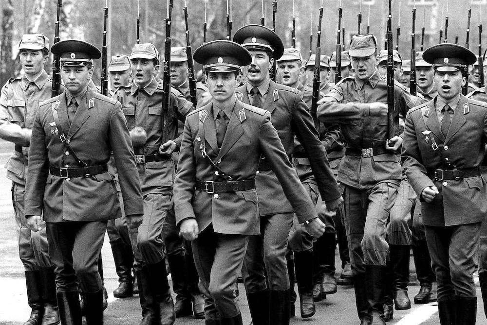 ©  christian  JUNGEBLODT..Milit?r: Westgruppe der russischen Streitkr?fte.(WGT) in Ostdeutschland / ABZUG .Hier: Exerxieren mit Gewehren auf dem