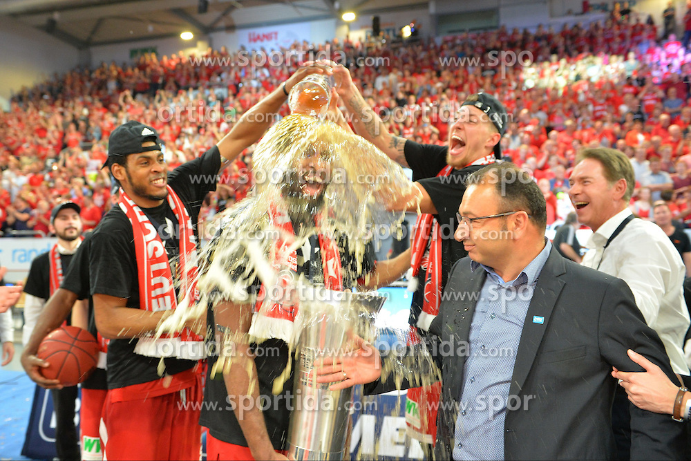 21.06.2015, Brose Arena, Bamberg, GER, Beko Basketball BL, Brose Baskets Bamberg vs FC Bayern Muenchen, Playoffs, Finale, 5. Spiel, im Bild Die Spieler der Brose Baskets Bamberg bejubeln den Gewinn der Deutschen Meisterschaft 2015, und verpassen Bradley Wanamaker (Brose Baskets Bamberg / Mitte, mit Pokal) eine Bierdusche. // during the Beko Basketball Bundes league Playoffs, final round, 5th match between Brose Baskets Bamberg and FC Bayern Muenchen at the Brose Arena in Bamberg, Germany on 2015/06/21. EXPA Pictures &copy; 2015, PhotoCredit: EXPA/ Eibner-Pressefoto/ Merz<br /> <br /> *****ATTENTION - OUT of GER*****