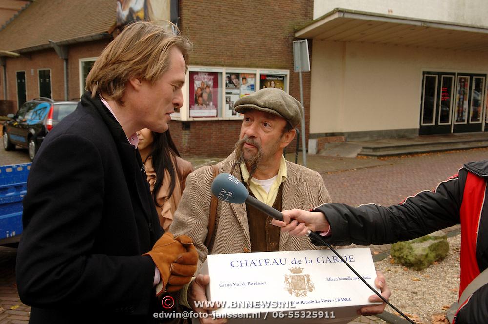 NLD/Laren/20051215 - Start online veiling Miljonairs Marktplaats door Jort Kelder, met 2e veilingstuk een doos met wijn van Ilja Gort