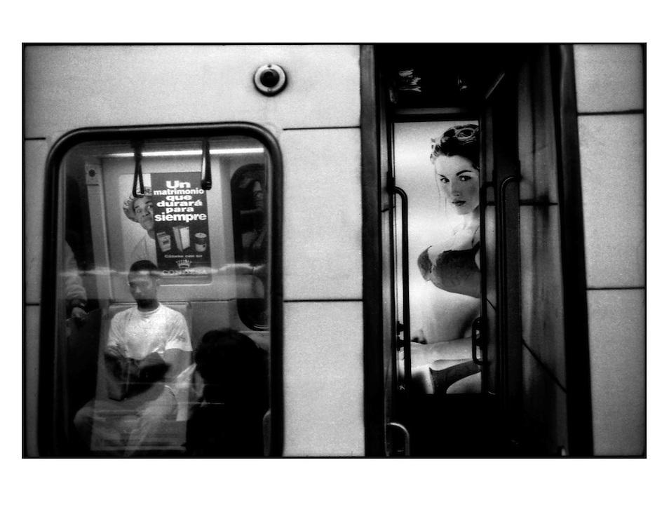 Autor de la Obra: Aaron Sosa<br /> T&iacute;tulo: &ldquo;Serie: Venezuela Cotidiana&rdquo;<br /> Lugar: Metro de los Dos Caminos, Caracas - Venezuela.<br /> A&ntilde;o de Creaci&oacute;n: 1999<br /> T&eacute;cnica: Captura digital en RAW impresa en papel 100% algod&oacute;n Ilford Galer&iacute;e Prestige Silk 310gsm<br /> Medidas de la fotograf&iacute;a: 33,3 x 22,3 cms<br /> Medidas del soporte: 45 x 35 cms<br /> Observaciones: Cada obra esta debidamente firmada e identificada con &ldquo;grafito &ndash; material libre de acidez&rdquo; en la parte posterior. Tanto en la fotograf&iacute;a como en el soporte. La fotograf&iacute;a se fij&oacute; al cart&oacute;n con esquineros libres de &aacute;cido para as&iacute; evitar usar alg&uacute;n pegamento contaminante.<br /> <br /> Precio: Consultar<br /> Envios a nivel nacional  e internacional.