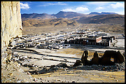 This immense thick-walled monastery, in the monastic town of Sakya, was one of the largest monasteries in Tibet before the Chinese cultural revolution. The Northern Monastery was severly destroyed, and is now nothing but ruins. The Southern Monastery remains in better conditions. //// Ce complexe monastique, à Sakya, était l'un des plus important au Tibet avant la révolution culturelle chinoise. La partie nord en a été détruite, le monastère sud demeure en meilleures conditions.