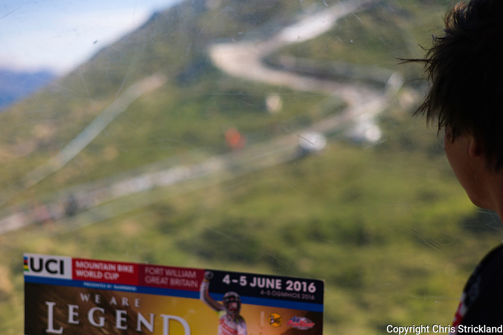 Nevis Range, Fort William, Scotland, UK. 3rd June 2016. Simon Read of New Zealand observes the course layout as he makes his way to the start in a gondola. The worlds leading mountain bikers descend on Fort William for the UCI World Cup on Nevis Range. © Chris Strickland / Alamy Live News