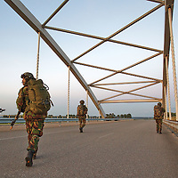 Nederland,Bath,31-08-2010 In het kader van het opleiden en trainen voor luchtmobiele inzet oefenen eenheden van de 11 Luchtmobiele Brigade samen met helikopters van het Defensie Helikopter Commando op 31 augustus en 1 september het vanuit de lucht vermeesteren van een brug. Bijzonder aan deze oefening is dat de oefening plaatsvindt op een.publieke locatie,  de brug over het Schelde-Rijn kanaal te Bath. Aan deze oefening nemen 100 personen deel, 20 militaire wielvoertuigen en 4 helikopters. De landingszone wordt gemarkeerd met rook en er wordt gebruik gemaakt van oefenmunitie tijdens de aanval op de brug. FOTO: Gerard Til / Hollandse Hoogte