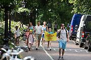 Een gezin is op weg naar de ploegenpresentatie in park Lepelenburg. In Utrecht vindt met de presentatie van de renners het eerste offici&euml;le deel plaats van de Grand Depart. Op 4 juli start de Tour de France in Utrecht met een tijdrit. De dag daarna vertrekken de wielrenners vanuit de Domstad richting Zeeland. Het is voor het eerst dat de Tour in Utrecht start.<br /> <br /> In Utrecht the riders present themselves as the first official moment of the Grand Depart . On July 4 the Tour de France starts in Utrecht with a time trial. The next day the riders depart from the cathedral city direction Zealand. It is the first time that the Tour starts in Utrecht.