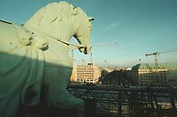 08 JAN 2001, BERLIN/GERMANY:<br /> Pferd der Quadriga auf dem Brandenburger Tor, waehrend der Restaurierung von Wellblechdaechern umgeben, mit Blick nach Osten auf die Strasse &quot;Unter den Linden&quot;<br /> IMAGE: 20010108-01/01-06<br /> KEYWORDS: Architektur