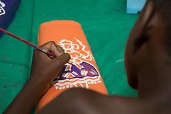 Menino pintando em oficina de artes  para criancas carentes. / Boy painting in art wokshops  for underprivileged children. CAmpinas-SP -Ano2016. Foto Adri Felden/Argosfoto