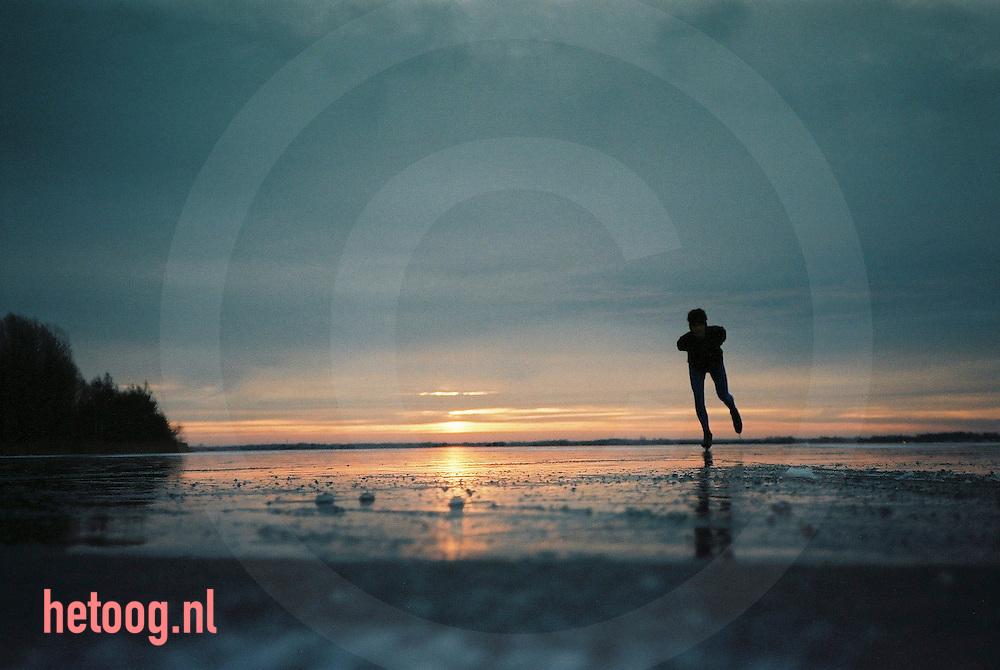 in de vroege ochtend geniet een schaatser op het veluwemeer van de laatste mogelijkheid een bantje te trekken voordat de dooit invalt foto Hetoog.nl