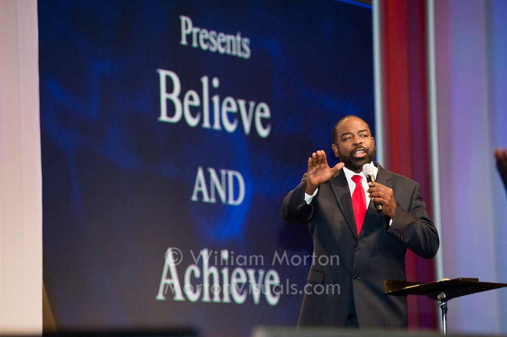 Les Brown preaches Believe & Achieve for the Isagenix Celebration at the San Diego Convention Center. Event photography by Dallas event photographer William Morton of Morton Visuals.