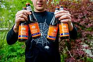 WASSENAAR - Niels Beekhuizen schenkt een speciaalbier, Willem V.0 van brouwerij Crooked Spider. Het oranjekleurig bier is speciaal gebrouwen voor de vijftigste verjaardag van koning Willem-Alexander. copyrught robin utrecht