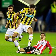 ARNHEM - Vitesse - PSV , Voetbal , Eredivisie , Seizoen 2016/2017 , Gelredome , 29-10-2016 ,  PSV speler Andres Guardado (r) in duel met Vitesse speler Lewis Baker (l)