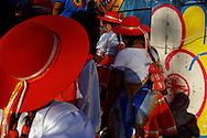 FEIRA DA KANTUTA - O grupo de dança e tradições bolivianas El Lalai Suma Cusi em apresentação na feira boliviana da praça Kantuka, no bairro Canindé, em São Paulo. 26/06/2016