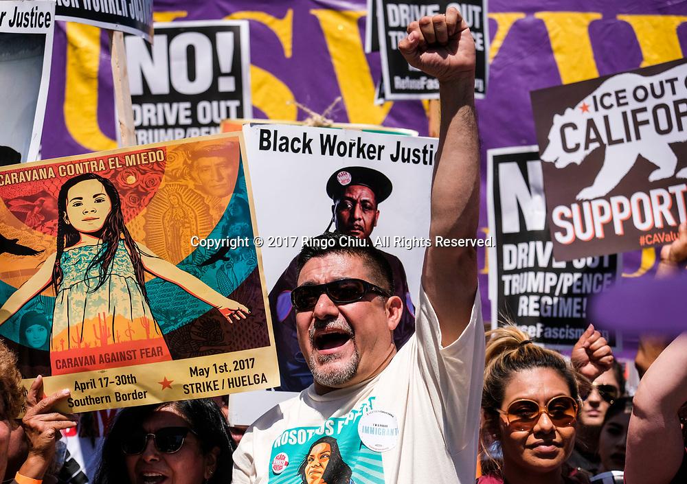 5月1日,在美国洛杉矶,人们手持标语牌参加&ldquo;五一&rdquo;国际劳动节游行。 当日,全美各城市的数以万计移民及其支持者集会抗议特朗普总统的移民政策,为工人权益发声。新华社发(赵汉荣摄)<br /> Protesters carry signs marching toward downtown Los Angeles in the annual May Day March in Los Angeles, the United States, May 1, 2017. Thousands of people took to the streets across the nation Monday to march in May Day rallies, calling for immigration reform, workers' rights and police accountability. (Xinhua/Zhao Hanrong)(Photo by Ringo Chiu/PHOTOFORMULA.com)<br /> <br /> Usage Notes: This content is intended for editorial use only. For other uses, additional clearances may be required.